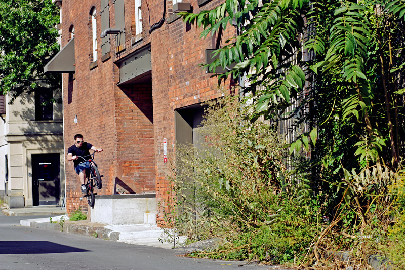 Tough-guy Rory Ellis loosens up with a pair of sunglasses on and lets loose an icepick grind in this random upstate NY alley.