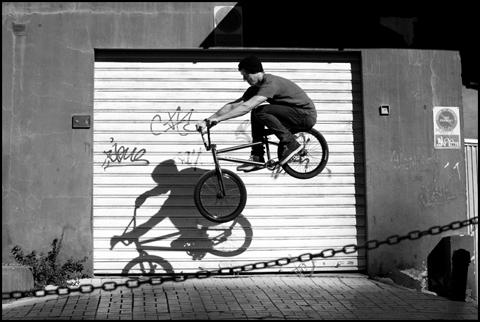 Tom Sanders - Dipping a hop
