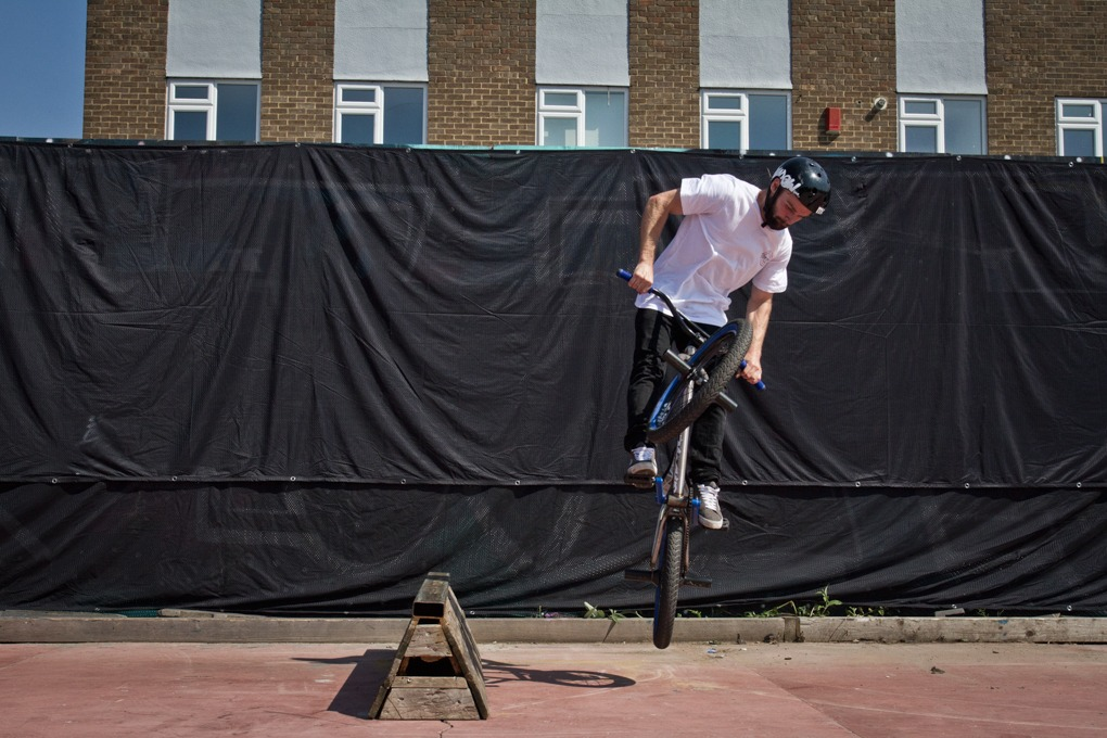 You'll find you've already done some of the 360 in the carve. This is fine, just don't carve too much into it as it'll set you off spinning in strange directions. In frame four you can see this point just before you pop off the ground. You do need to hop in these 360's too, much more than in a 180. At the point when your carve finishes, really pull up into a hop.