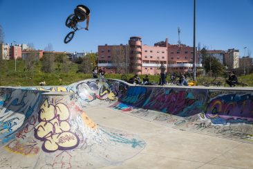 Homie photo! Nathan Goring hoofing it at the Chelas park.